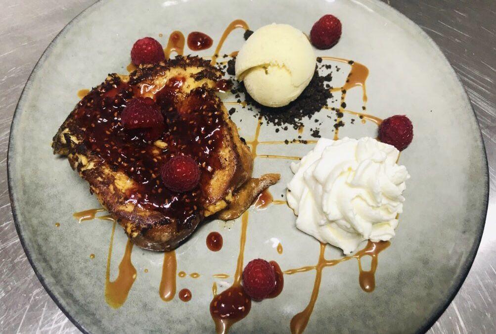 Dessert du moment : brioche façon pain perdu, caramel à la framboise fait maison et sa boule de glace vanille