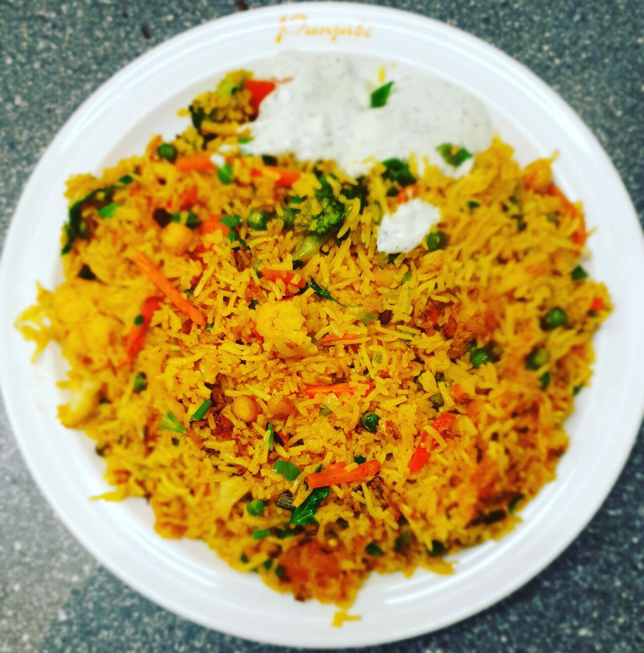 Vegetable Biryani - gebratener Basmatireis mit Gemüse und Joghurt-Minz-Dip