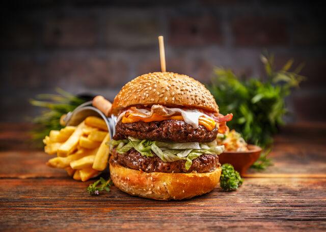 Leckere Burger mit Pommes Frites (©Grafvision - stock.adobe.com)