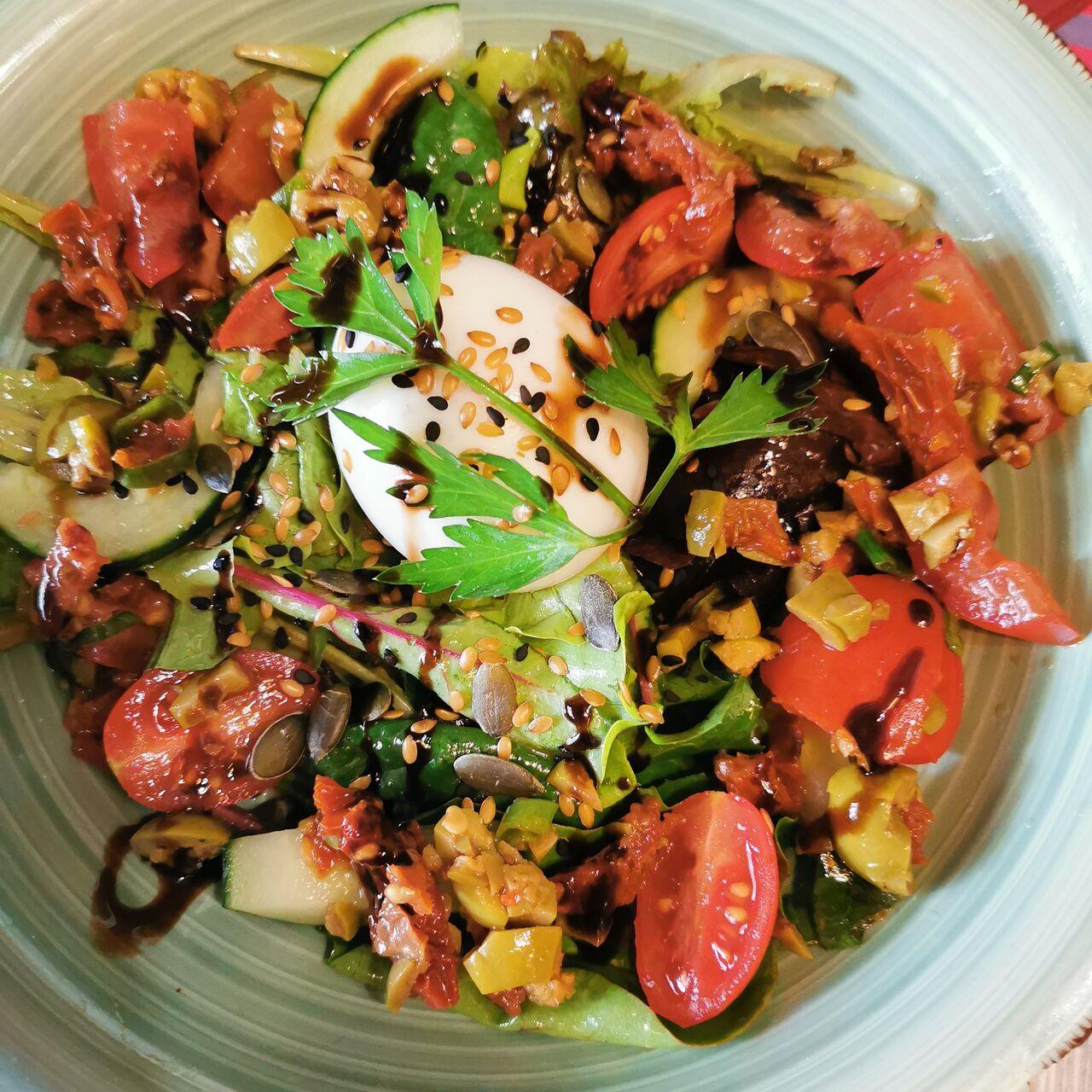 Salade de Crudités, Graines Mêlées & Œuf Mollet