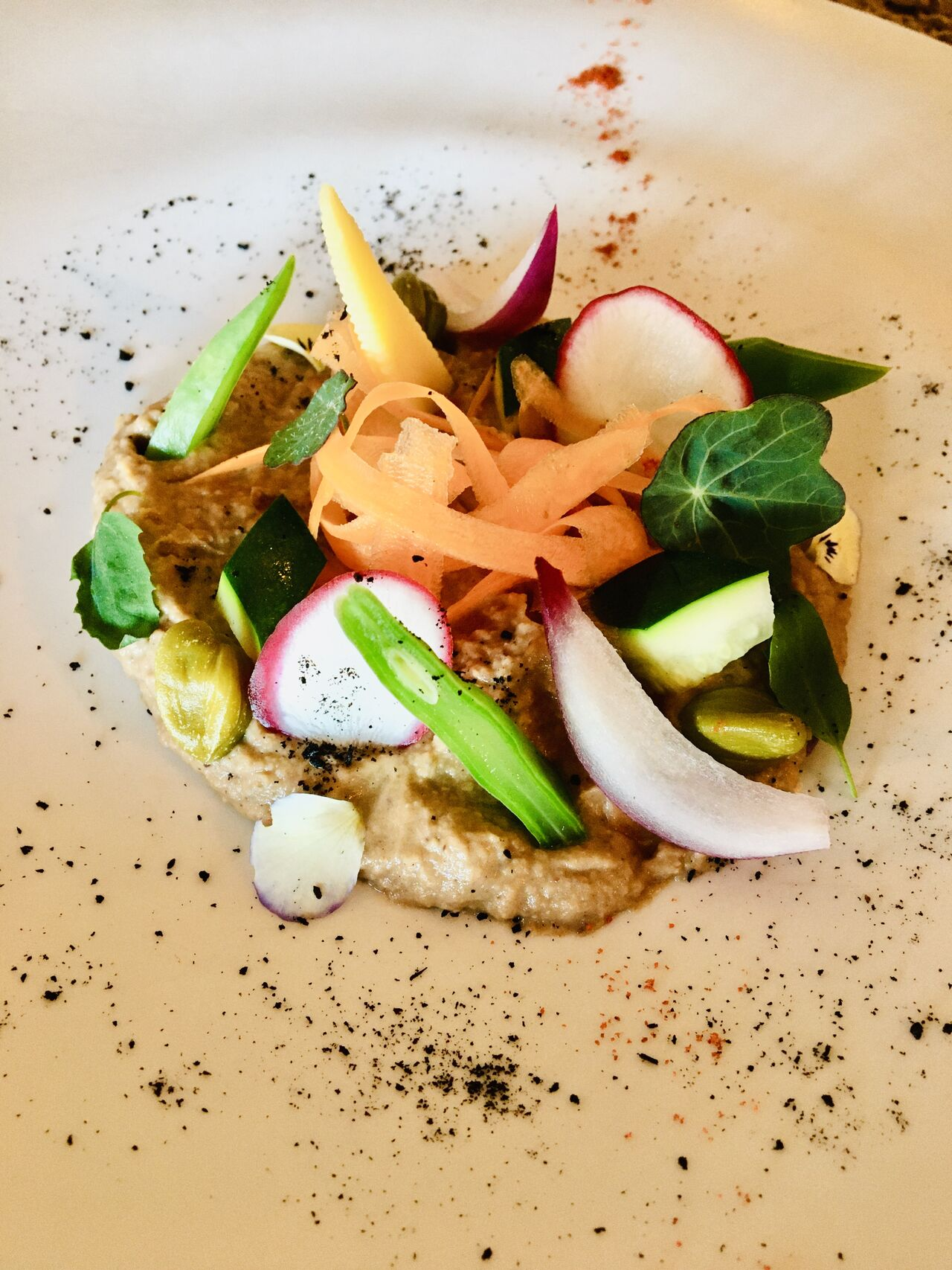 humus de berenjena y aceituna negra con crudites (nuestros menús semanales varían según el chef )