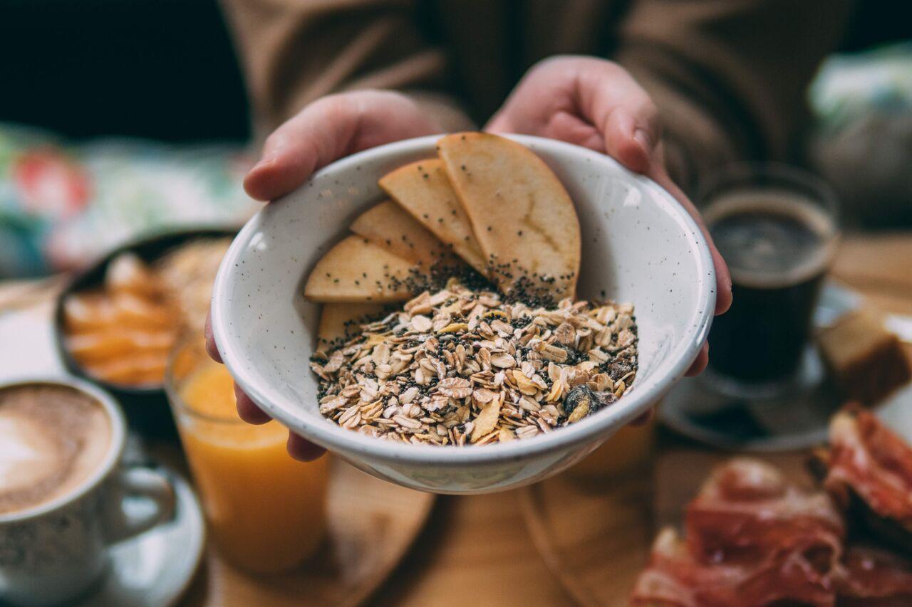 Desayuno de cereales y fruta fresca