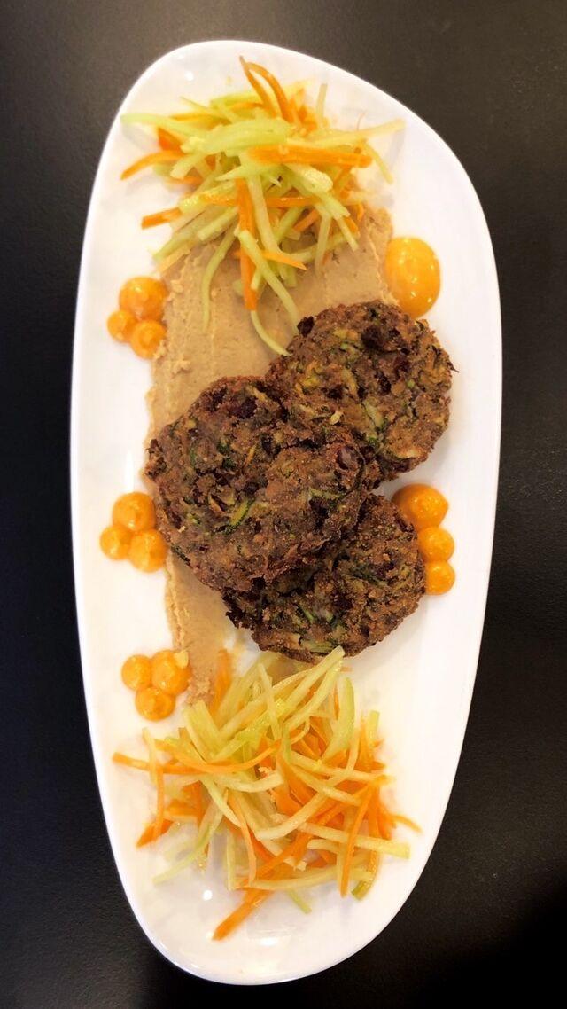 Vegan faširanac s hummusom i salaticom / Vegan veggie patties with hummus & salad