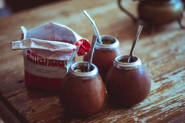 La bombilla è una speciale cannuccia in acciaio.. the Yerba mate infuso con rhum agricolo della Martinica e lime juice