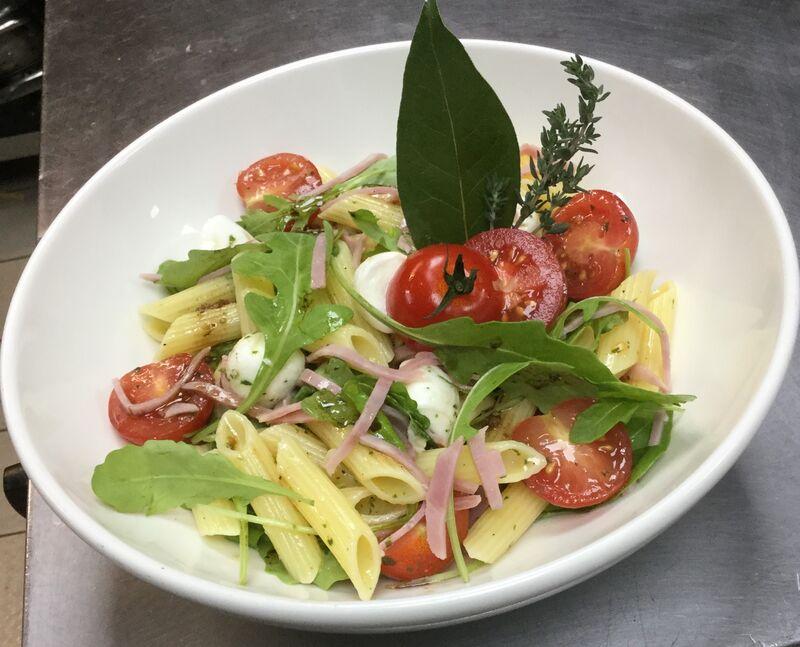 Salade de penne et bille de mozzarella