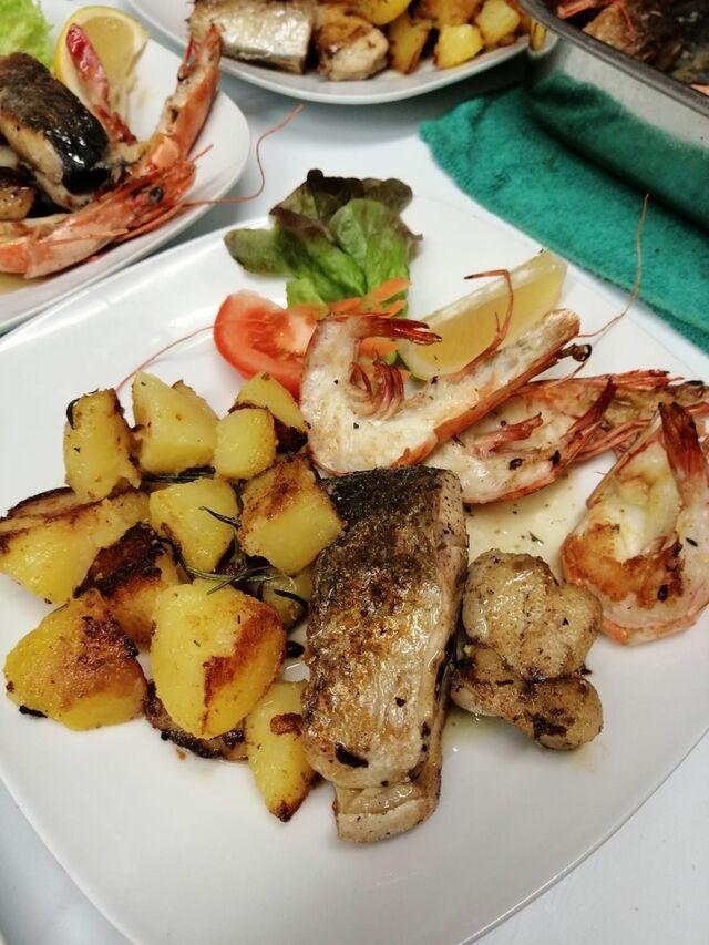 gegrillter Fischteller mit Kartoffeln