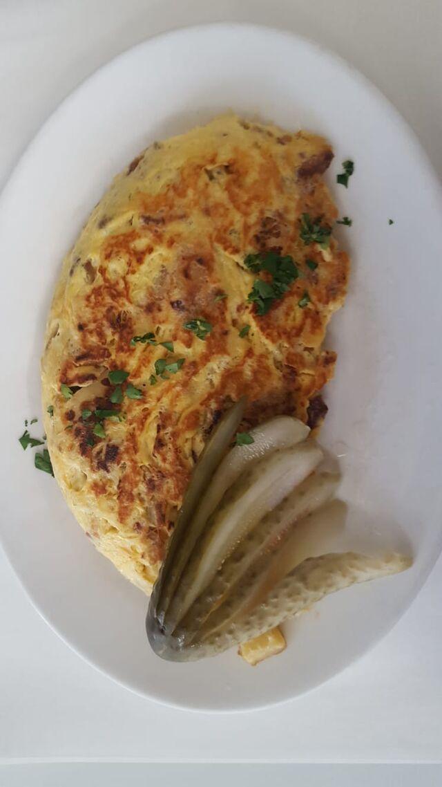 """- """"Bauernfrühstück"""" mit Bratkartoffeln, Speck, Zwiebeln, extra Portion Ei & Gewürzgurke -"""