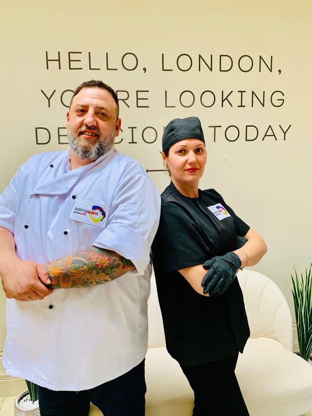 Nuestro cocinero Pedro Quílez y su ayudante Nicoleta Munteanu con