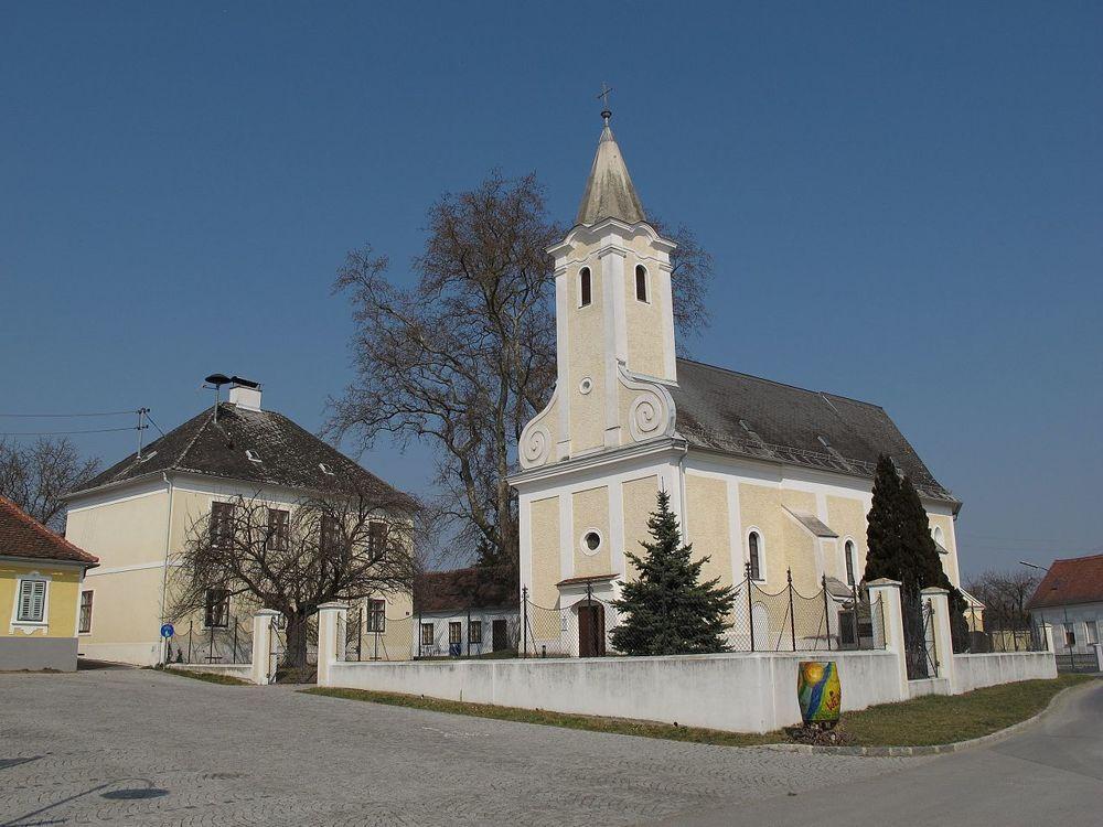 Hauptplatz Kirche mit Gemeindeamt