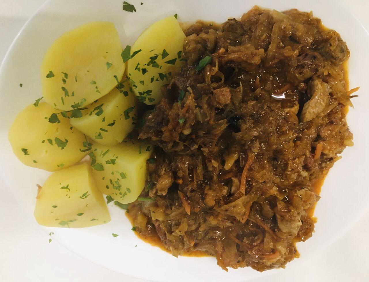 - Bigos (Polnisches Sauerkrautgericht mit Fleisch), dazu Salzkartoffeln -