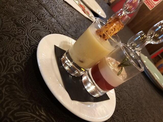 Aperitivo de Sopa de cocido y crujiente de su compango - Minicrème Brûlée de foie con gelatina de fresas y romero