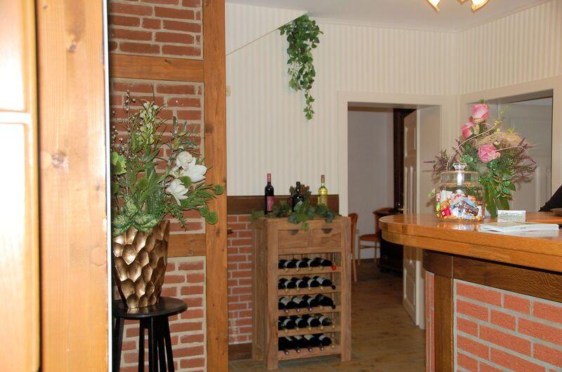 Auswahl an verschiedenen Weinen im Weinregal