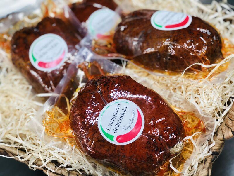 'Nduja, auch 'Nduja calabrese genannt, ist eine geräucherte, streichfähige, äußerst pikante und scharfe Salami aus Kalabrien, ei