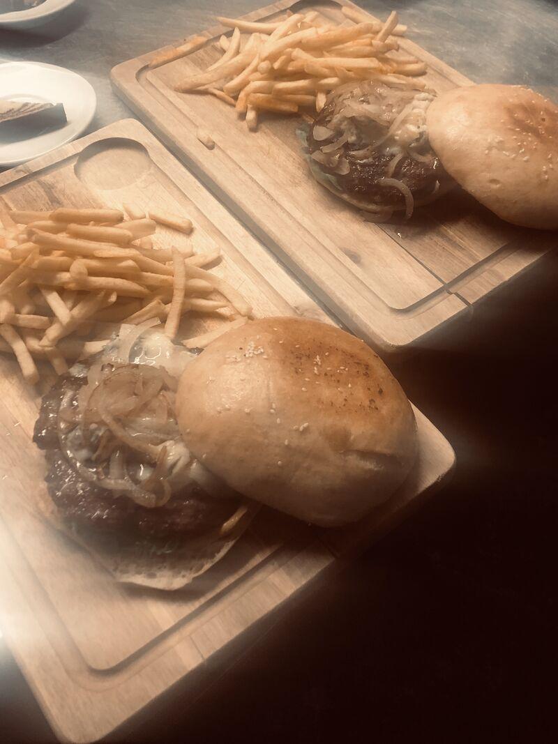 XXL Burger mit Pommes Hausgemachtes Brot und patties