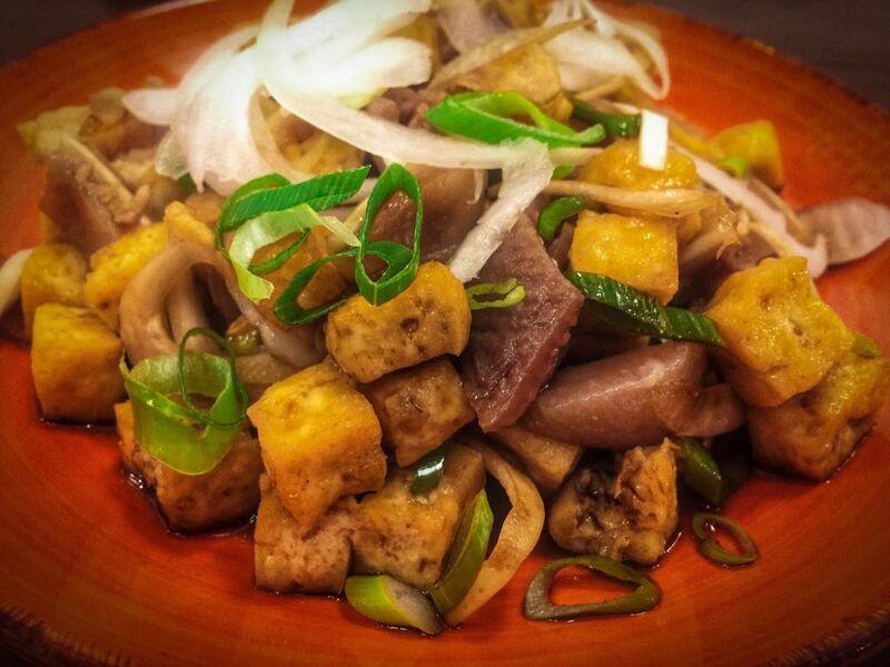 TOKWA'T BABOY Tofu frito con orejas cocidas de cerdo, cebolla y salsa de soja dulce.