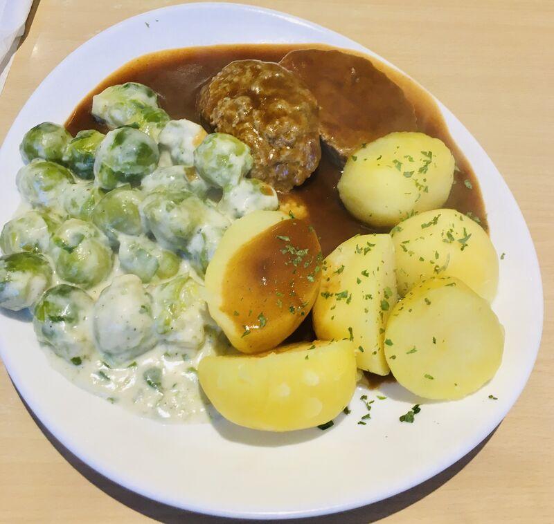 -Hackbraten mit Rahm-Rosenkohl, Salzkartoffeln und Bratensauce -