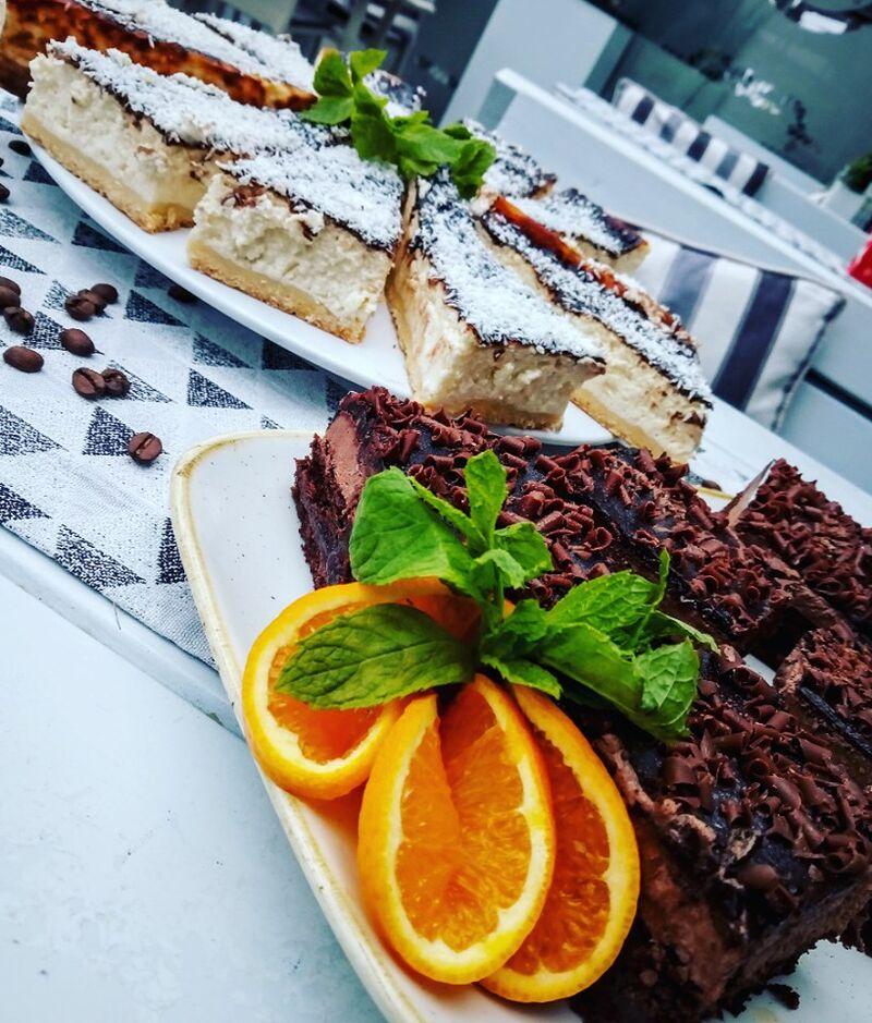 Zapraszamy na smaczne i świeże ciasta. Nasz Szef kuchni uwielbia Was rozpieszczać i codziennie piecze takie cudeńka :)