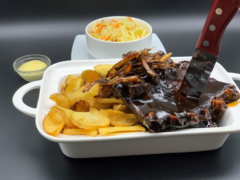 Schmackhafte Spare Ribs mit großer Portion Country Fries, hausgemachter Mayonnaise und frischem hausgemachten Cole Slaw