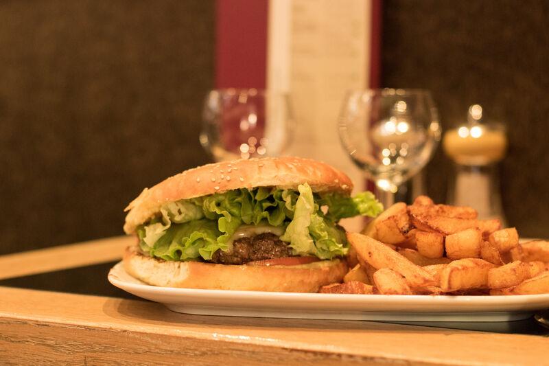 Notre Burger et ses sauces maison accompagné de frites maison bien sûr