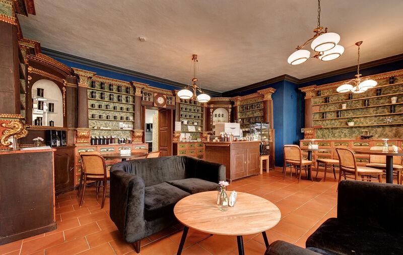 Interiér barokní novohradské apatyky.... posezení u kávy.