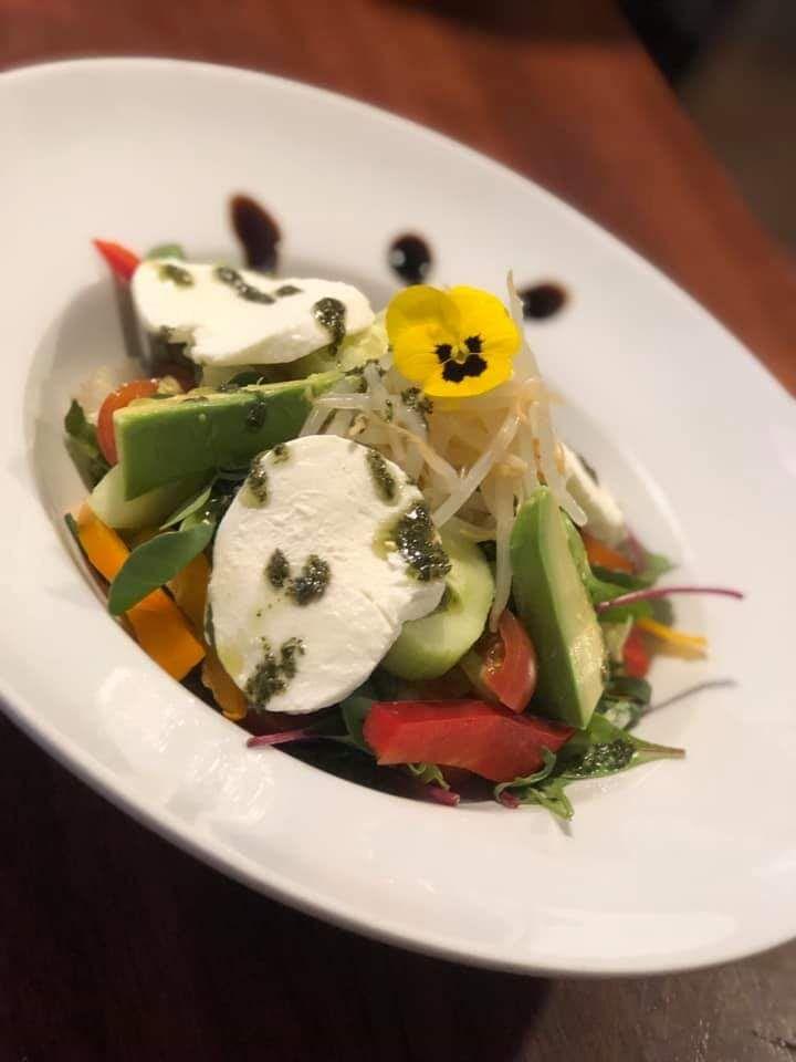 Zeleninový salát s mungo klíčky avokádem a mozzarellou.