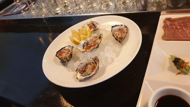 Verse zeeuwse oesters met frambozen vinaigrette of naturel met citroen. Bestel er eens een flesje Champagne bij.