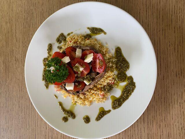 portobello paddestoel met cherrytomaatjes, zwarte olijven en mozzarella en couscous