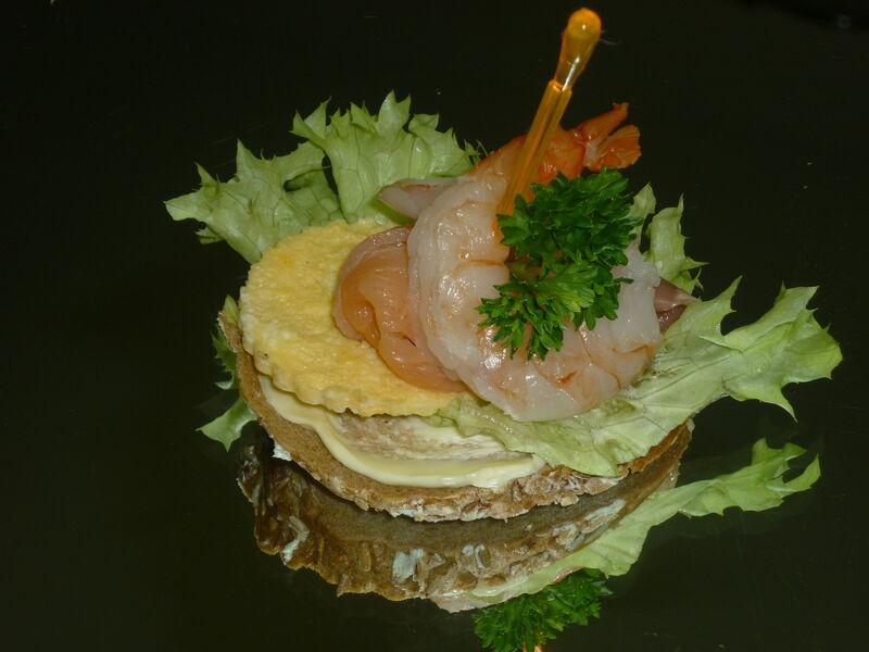 Shrimps-Canapé auf Hausbrot