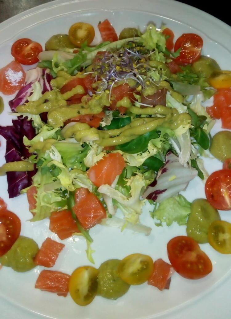 Ensalada de salmón marinado con guacamole