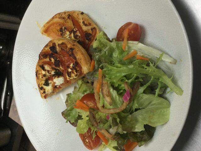 Tarte fine tomate et chèvre frais, salade