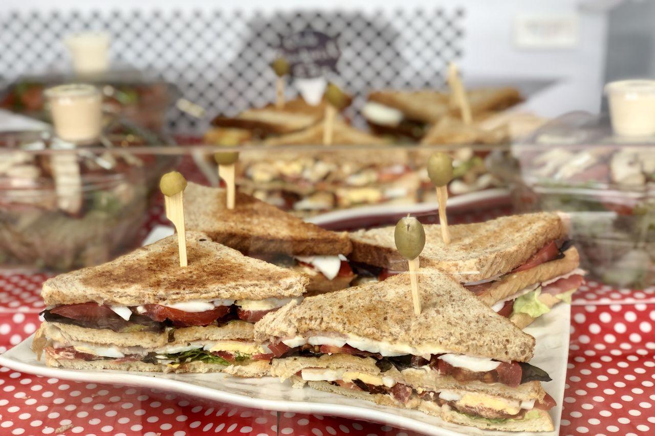 Sandwichs ou salades à partir de 4€00,desserts