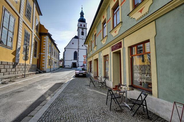 Najdete nás cestou z náměstí ke kostelu