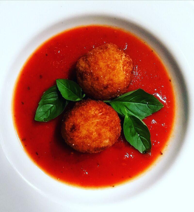 Arranccini in Tomatensauce, gefüllt mit ricotta-birne-pilze