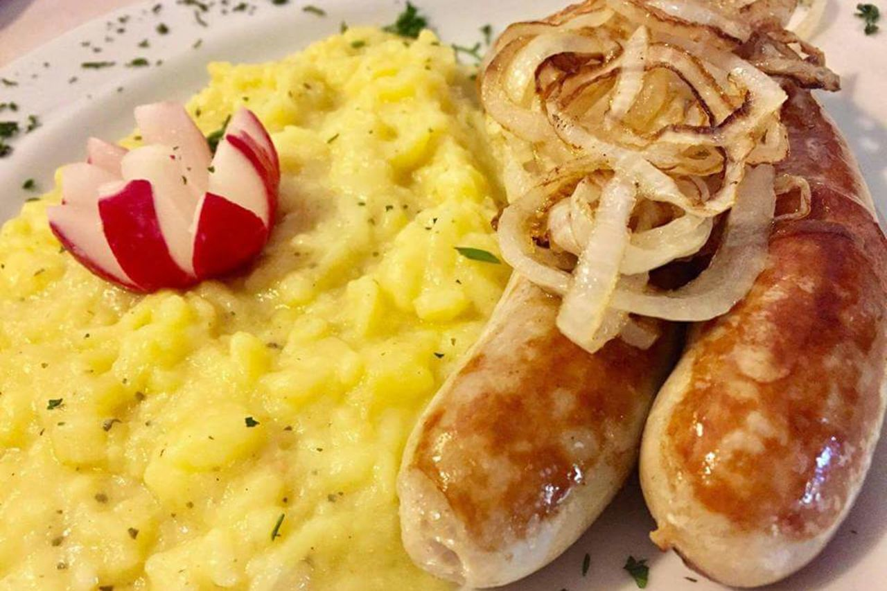 Bratwurst mit hausgemachten Kartoffelsalat