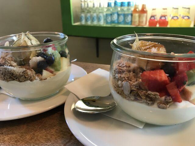 Griechischer Jogurt mit frischem Obst und Crunchy-Müesli