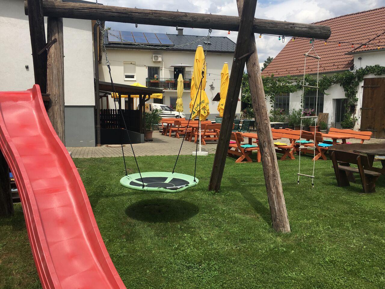 Ruhiger Gastgarten im Innenhof....