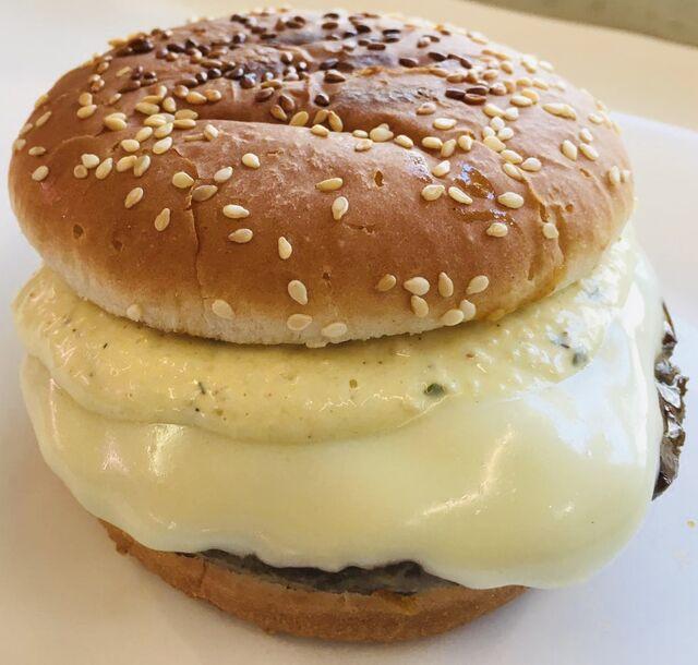 - Cheeseburger mit Gewürzgurken, Röstzwiebeln, Currysoße & Remoulade -