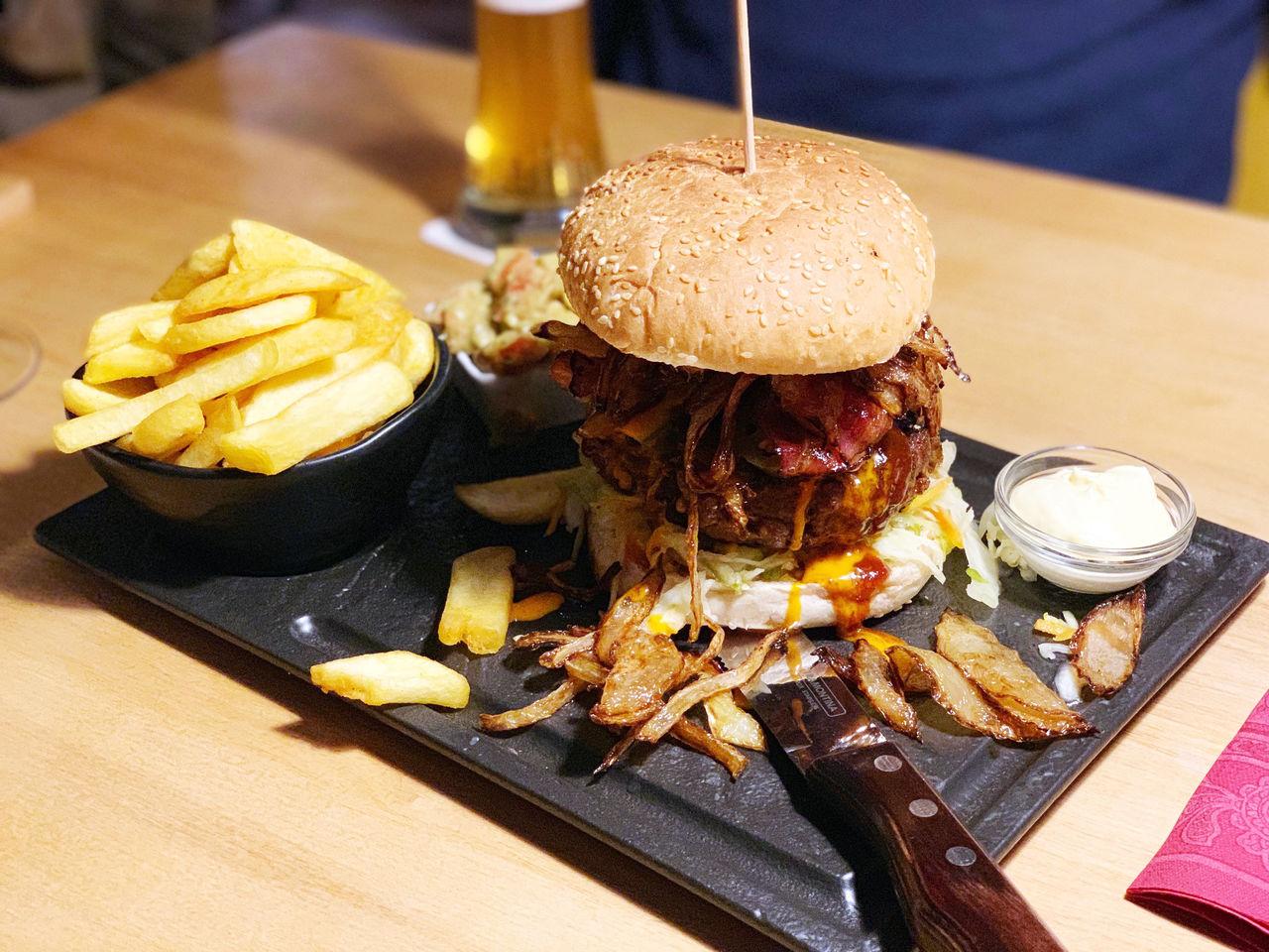 Chili-Cheese Burger mit BBQ-Sauce, Röstzwiebeln, Gewürzgurke, Tomate, Coleslawsalat, Jalapenos, Käse & Steakhouse Fries