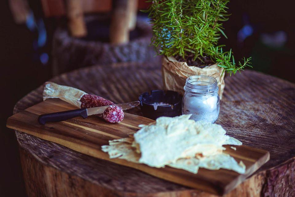Salamino Puddu... Tipico salamino di pura carne suina, servito su tagliere con pane carasau.