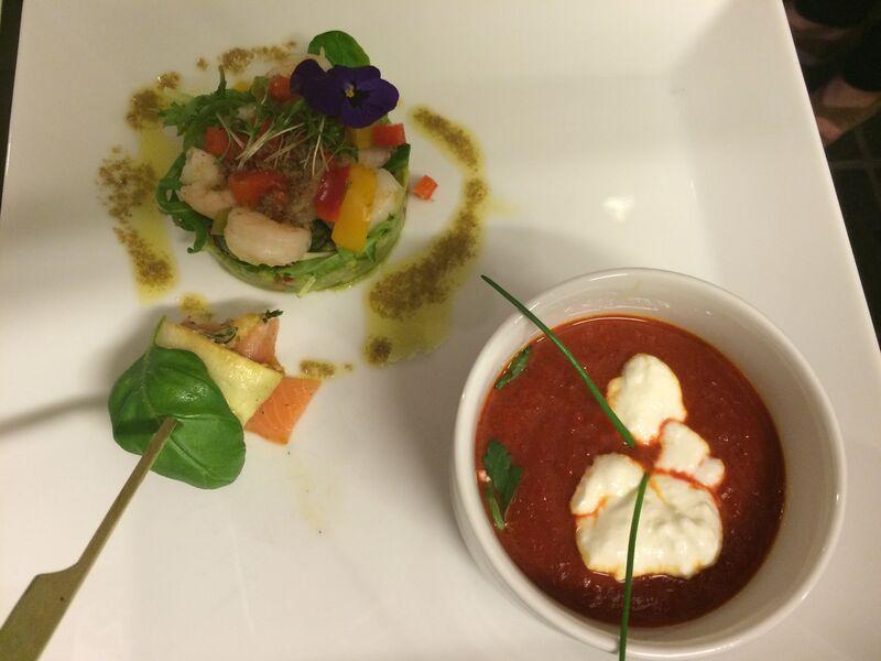 Tomaten soep met tartaar komkommer spinazie en gemarineerde garnalen