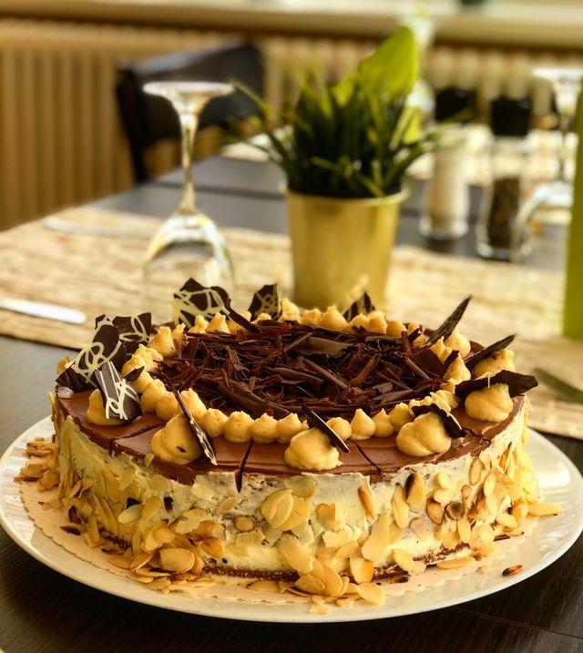 Selbstgebackene Schoko-Orangen-Torte im Restaurant Grünheide Heydewirt am Peetzsee