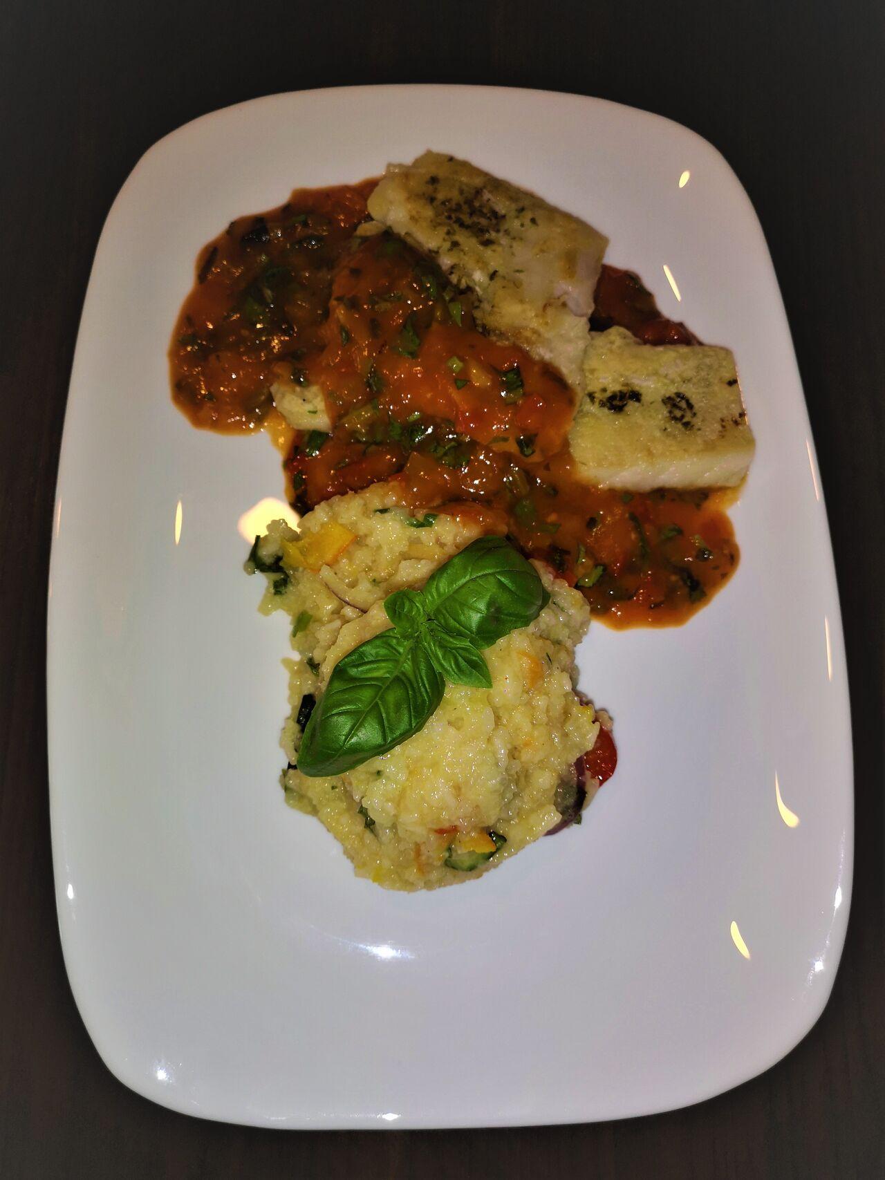 Mittagstisch - Lunch Menü 4 Viktoriabarschfilet auf Tomaten-Basilikum Soße & Gemüsereis