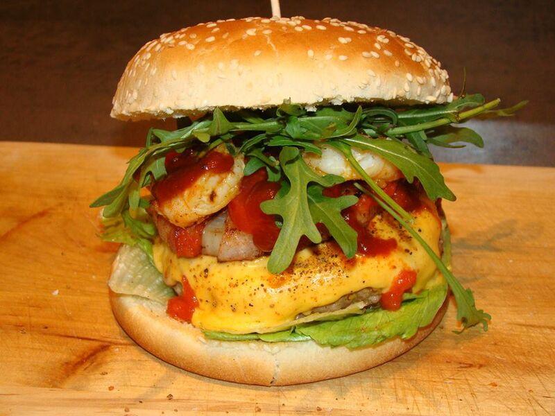 Burger gehen immer 😋. Hier die Surf'n turf Variante mit Rinderhack und Garnelen, bisschen Grünzeug drüber.....und reinbeissen