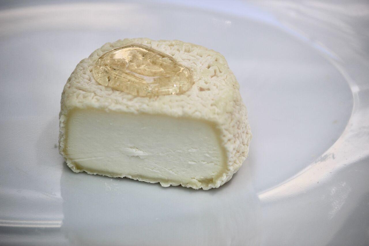 La Galette Chevrotine avec un crottin de chèvre au lait cru des noix et arrosé de miel bio