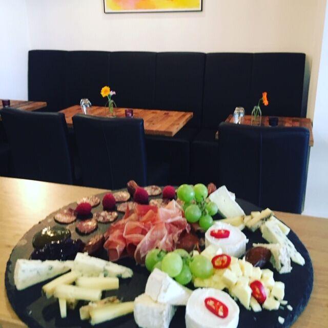 Wir haben Käse & Salami Schinken Platten. Der perfekte Weinbegleiter
