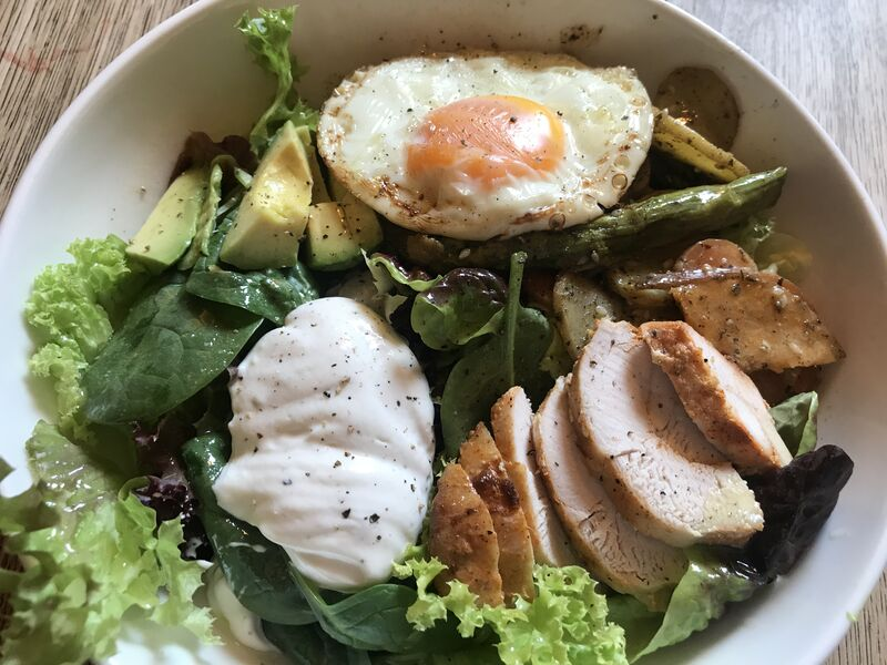 Salad Bowl mit Hühnerbrust, Avocado, Spiegelei und Tahini-Joghurt