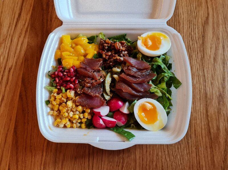 Buddha bowl - marinovaný tuňák, vejce, karamelizované ořechy, ředkvička, granátové jablko, mango, cuketa, kukuřice, salát