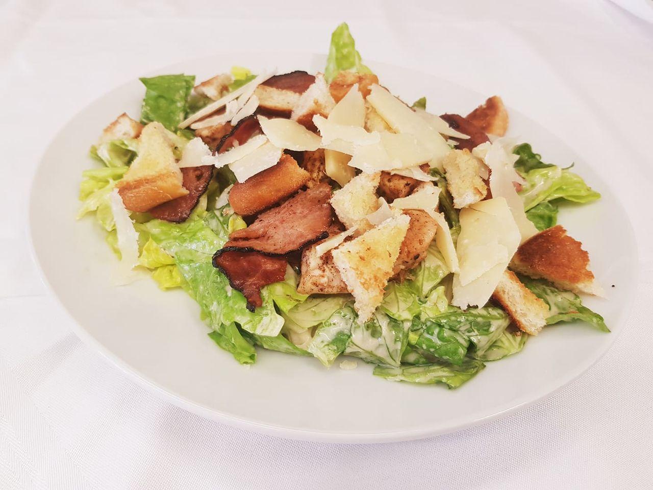 Caesar salát se slaninou, česnekovými krutony, kuřecím masem a parmazánem