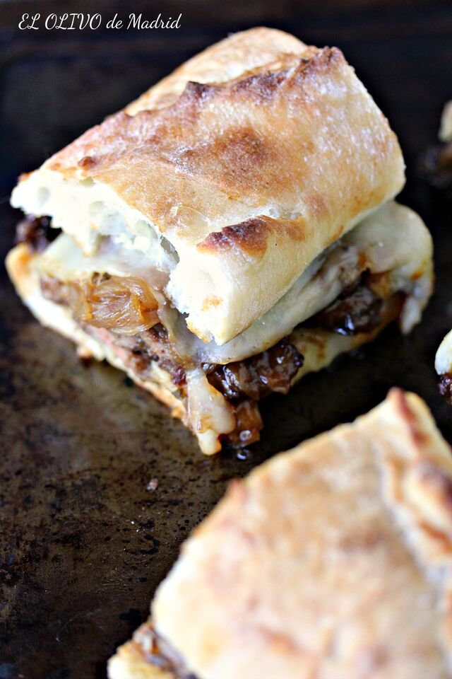 Bocadillo de ternera con cebolla caramelizada y queso provolone