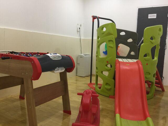 Restaurant avec une air de jeux pour enfants climatisée